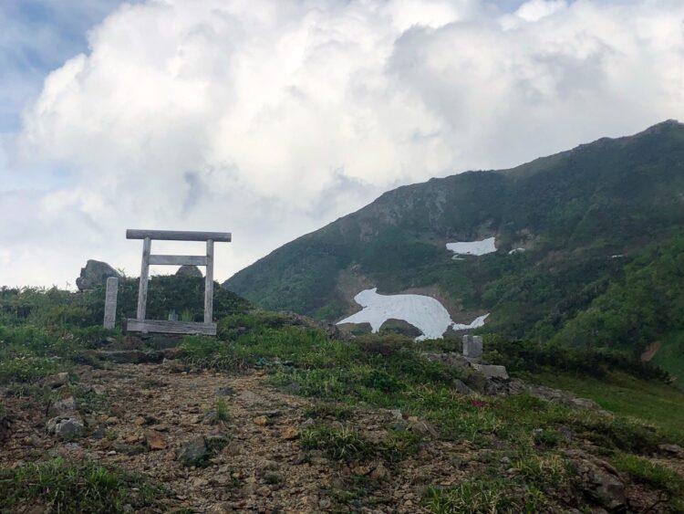 朝日神社とねこの雪絵